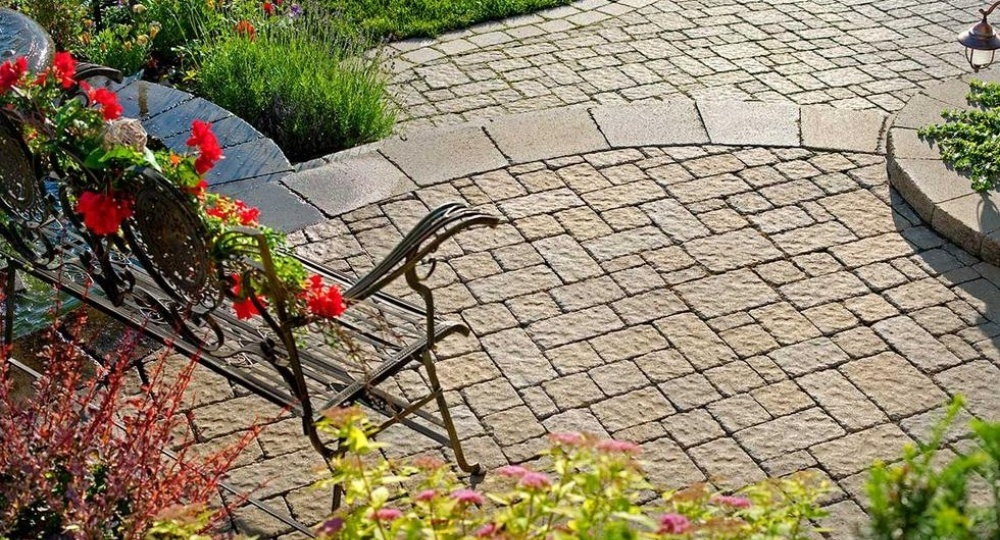 how-to-install-concrete-pavers-2-276754-edited.jpg